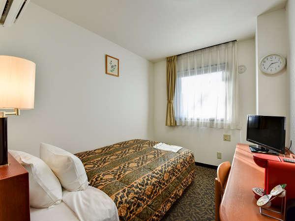 *【シングルルーム 一例】シモンズ社製のセミダブルベッド。WiFi利用可。