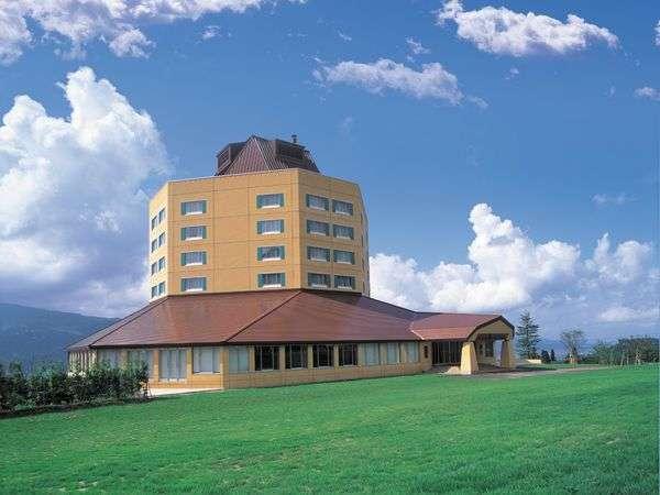 静かな高原にたたずむリゾートホテル