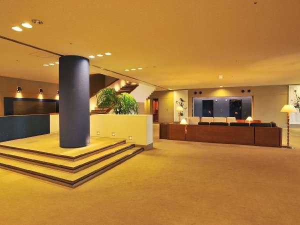 ロビーでは、お客様がくつろげるソファやTVもあります。