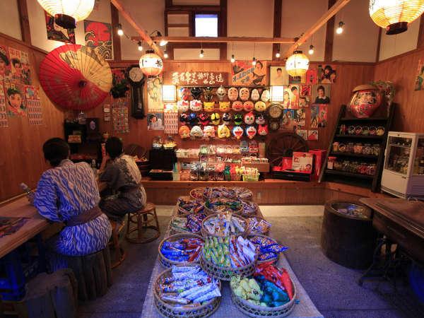 20時から22時には、駄菓子屋がオープン致します!