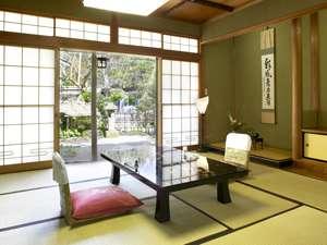 和室・10+6畳のゆったりとした寛ぎのお部屋。庭園の眺めが自慢「離れ」客室。