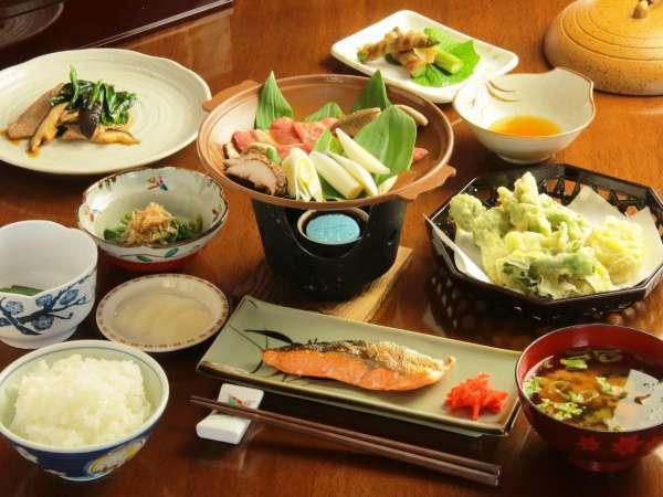 グリーンシーズンのお料理一例。野菜も自家製がいっぱい!台物は陶板焼きです。