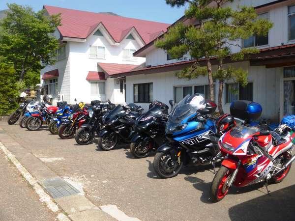 こーんなにたくさんのバイクのお客様が♪屋根付き駐輪場には20台収容可能です!