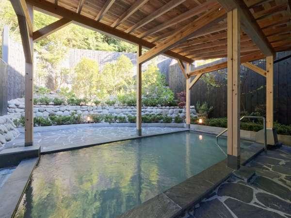 大浴場露天風呂 ヒノキ林に囲まれた大涌谷温泉(pH2.3)の露天風呂