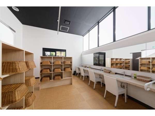 白を基調としたデザインの脱衣所 天井が高く開放的です
