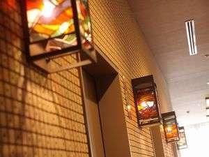 エレベーターホールには小樽らしいステンドガラス。