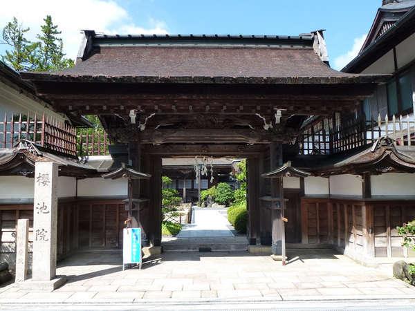 *【外観】1100年代に白河天皇第四皇子覚法親王によって作られたお寺です。
