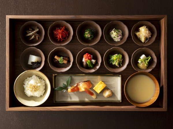 朝食は和定食がメインのハーフビュッフェ形式。
