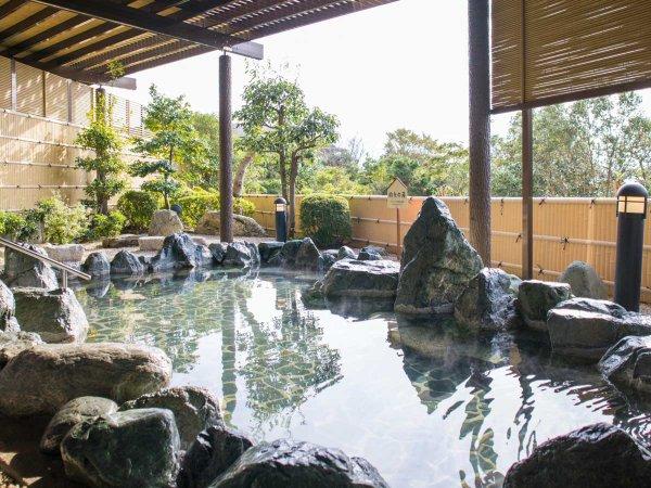 【露天風呂】大浴場に併設の露天風呂は新美里温泉「長寿の湯」。ゆっくりと浸かって心も身体もリラックス。