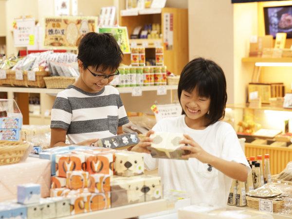 【ショッピングプラザ】どれがいいかな♪定番お菓子の伊勢志摩限定味にも注目です!※画像はイメージです。