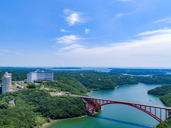 【ホテル景観】伊勢志摩の豊かな自然と的矢湾にかかる的矢湾大橋が織り成す美しい風景をお楽しみください。