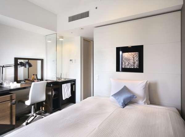 シングルルームのベッド幅140cm。広さ15㎡。