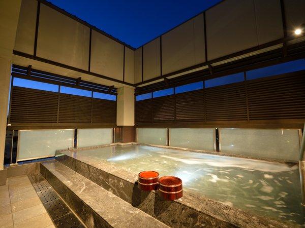 「さわらびの湯」露天風呂。朝焼けや、夕方には真っ赤に染まる宇治川と山の風景を。