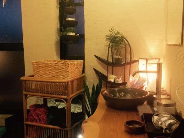 貸切風呂・脱衣所観葉植物とバリ小物