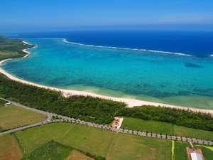 当館は、入口が国道に、裏手がそのまま、国立公園のナーター浜ビーチへと続いています。