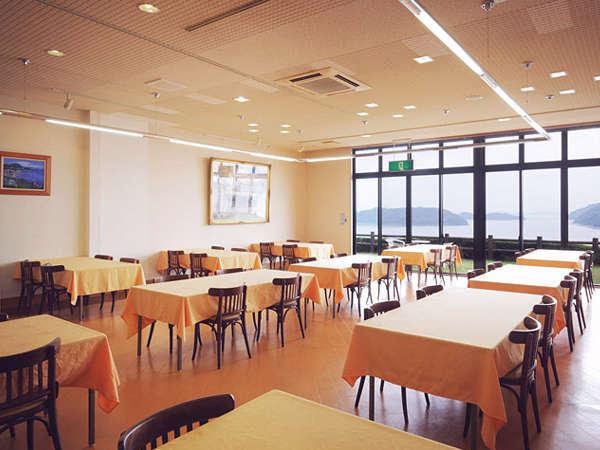 【レストラン漁火】窓側の席は瀬戸の島々を一望できます。お食事と一緒に景色もご堪能下さい。