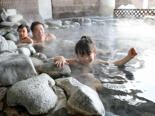 温泉大浴場「相生の湯」。眼前に広がる雄大な浅間山を眺めながら、至福のひととき♪