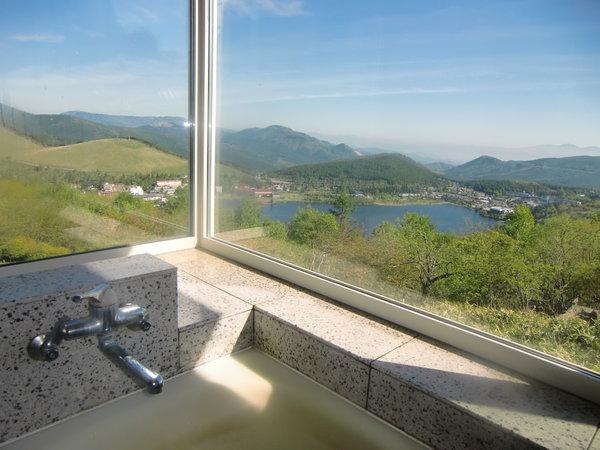 展望風呂からの白樺湖の眺めです。自慢の景色は皆さん感動されますよ。