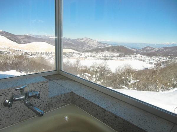 凍結した白樺湖に銀世界の山々を見渡せる貸切風呂は圧巻