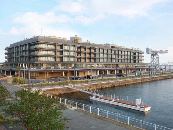 ホテルが位置するのは、3方向を海で囲まれた国内でも希少な海上立地。