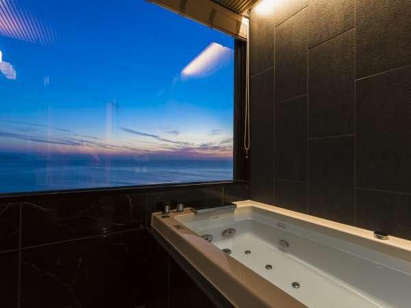 【302・天海】2019年4月にリニューアルの新展望風呂(客室風呂)から移りゆく情景を望む。