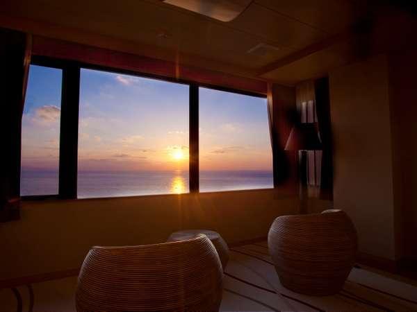 【最上階特別室「天空」】最上階特別室から一望する雄大な日本海と夕日絶景で心癒されて。