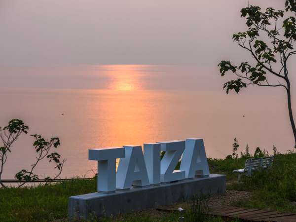 【間人テラス】2020年8月OPEN!絶景を望む間人テラス「TAIZA」のフォトスポット越しの夕景が絶景です。