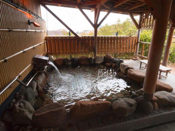 男女共にある露天風呂。目の前に浜辺があるので潮風を感じながらご入浴頂けます。