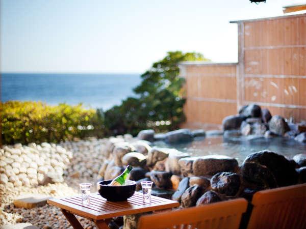 庭園露天風呂付き客室、岩タイプの「瑠璃」。湯船で夢見酒も至福の時間。