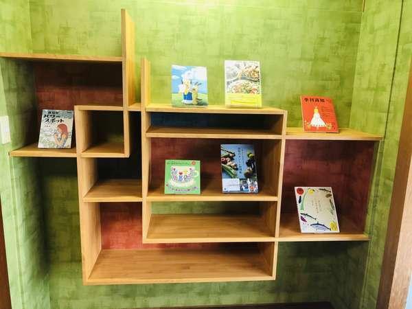 本棚 和モダンルーム 高知の旅をさらに楽しめる本を飾っております。