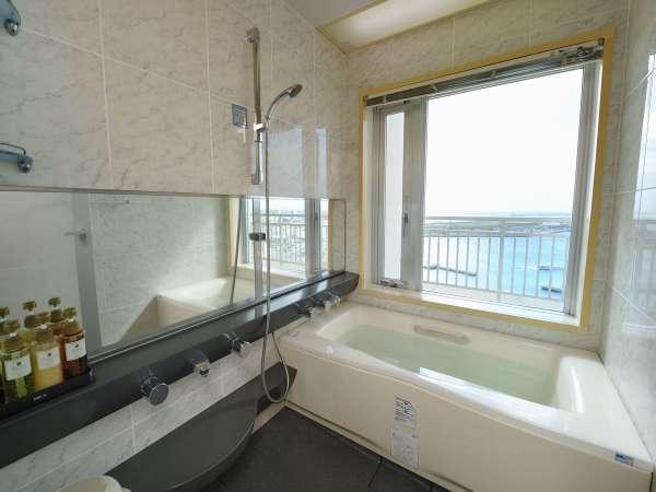 スイートルーム バスルーム『窓越しに海がご覧いただけます』