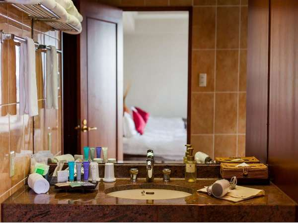 最上階スイートルームの広々とした洗面台スペース