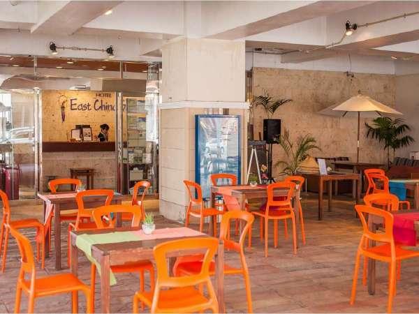 【パティオ】1F 当館はオーシャンフロントでございます。東シナ海の潮風が心地よく吹き抜けます♪