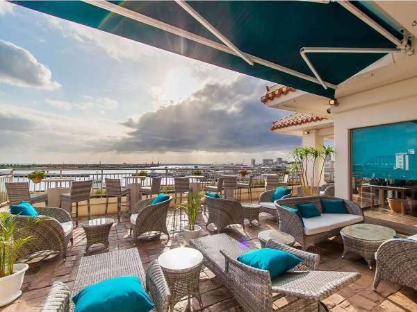 レストランテラス。港の景色を眺めながらの朝食のひととき。