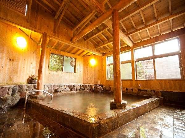 【大浴場】露天付き大浴場は木の香りに癒される。午前5時~深夜1時まで入浴可能