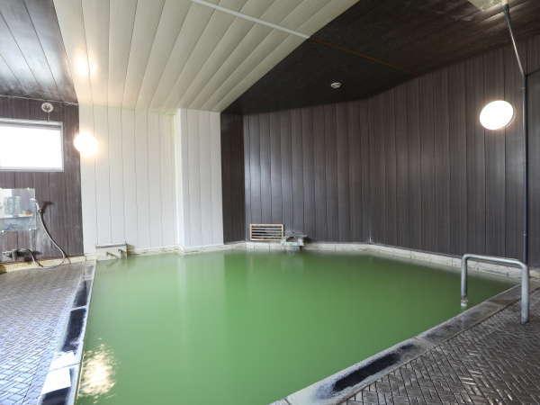【温泉/大浴場】ミルキーグリーンの色をお楽しみ頂けます。天然温泉に湧水を入れて、温度調整しています