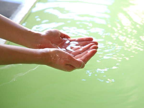 温泉はミルキーグリーンの珍しい色