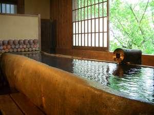 【貸切風呂】樹齢250年の松の木を 社長が切り抜いて作った「松の木風呂」