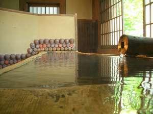 【貸切風呂】「松の木風呂」は細長い形をしているので、大人2人が足を伸ばしてもゆっくり入れます