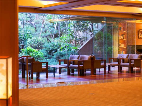 【ラウンジ飛水-HISUI-】四季が彩る美しい日本庭園を望みながらコーヒーでも♪