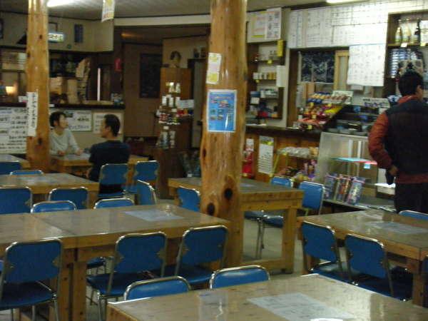 明神カフェと売店、自販機も有り。宿泊者の食堂として使わないので、夜間は宿泊者フリースペース。