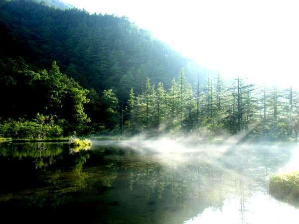 明神池は、穂高神社の池。ここからは明神岳は、あまり見えませ。朝もやが奇麗です。当館から徒歩5分。