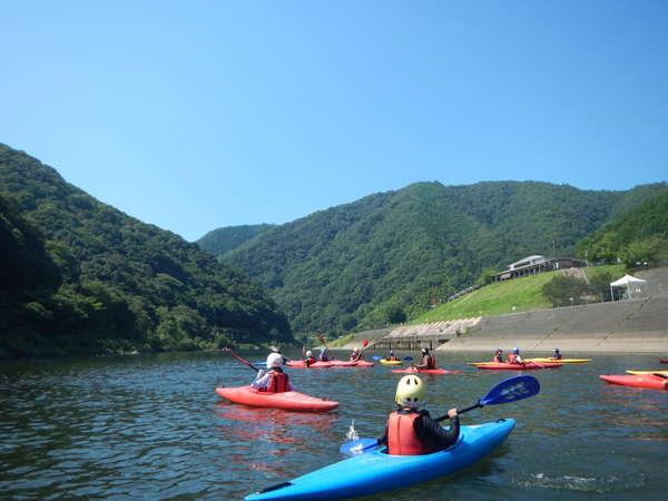 江の川でカヌーを楽しめます。未経験でも大丈夫です。(要予約)