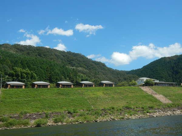 江の川のすぐそばにあり、川沿いの雄大な景色を楽しめます。