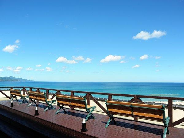 青い海、青い空 日本海を一望する屋上展望デッキ