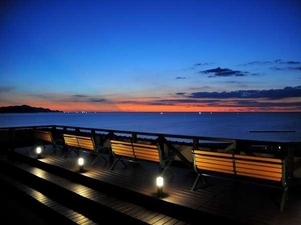 夕暮れの屋上展望デッキはロマンティック