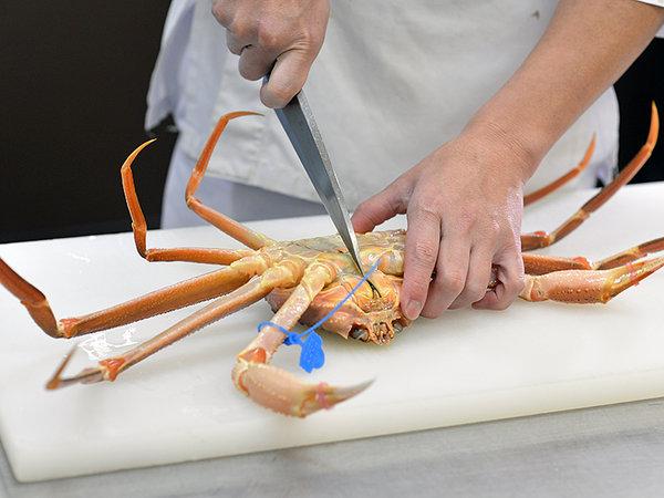 タグ付き ブランド津居山蟹の調理風景