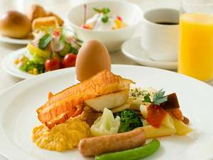 【朝食バイキング】太陽の光が降り注ぐ、開放的なレストランでお召し上がり下さい