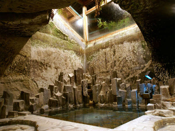 *洞窟風呂。洞窟の中に入っているような不思議な感覚になるお風呂です。