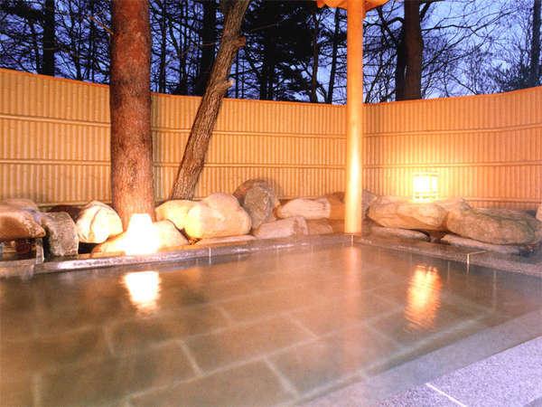 *貸切できる露天風呂(有料)季節の移ろいを感じながら草津の温泉を満喫。